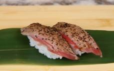 黑椒吞拿鱼寿司图片