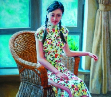 坐藤椅的姑娘图片