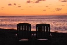 夕阳下的海边图片