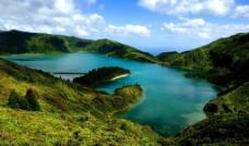 高山上的湖泊图片