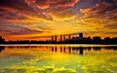 湖畔晚霞图片