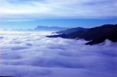 云雾缭绕大山背景图