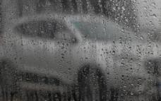 汽车玻璃上的水珠图片