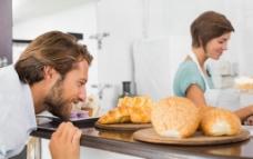 面包房的夫妻图片